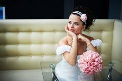Noiva bonita com as flores no interior moderno fotos de stock royalty free