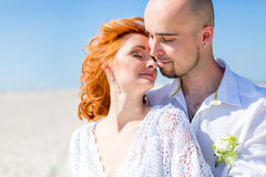 Noiva bonita com o noivo no deserto Fotografia de Stock