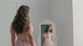 Noiva bonita com o ramalhete perto do espelho