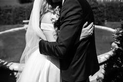 Noiva bonita com o véu agradável que guarda a sagacidade à moda do ramalhete da peônia Foto de Stock Royalty Free