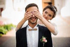 A noiva bonita com tratamento de mãos cor-de-rosa fecha provocante os olhos imagem de stock royalty free