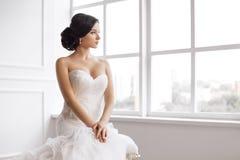Noiva bonita Conceito luxuoso do vestido da forma da composição do penteado do casamento imagens de stock royalty free