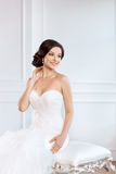 Noiva bonita Conceito luxuoso do vestido da forma da composição do penteado do casamento imagem de stock