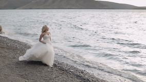 Noiva bonita e bonita perto do mar Mulher bonita e bem arrumado Feche acima do tiro Louro Dia do casamento filme