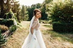 A noiva bonita em um branco levanta no parque Imagens de Stock Royalty Free