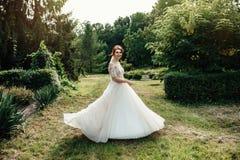 A noiva bonita em um branco levanta no parque Imagem de Stock Royalty Free
