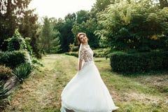 A noiva bonita em um branco levanta no parque Foto de Stock Royalty Free