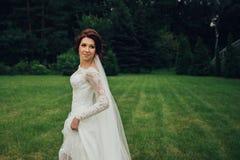 A noiva bonita em um branco levanta no parque Fotos de Stock Royalty Free