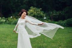 A noiva bonita em um branco levanta no parque Fotos de Stock