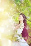Noiva bonita em um jardim de florescência Foto de Stock Royalty Free