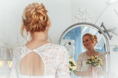 A noiva bonita em um vestido branco está esperando o noivo no estúdio fotografia de stock royalty free