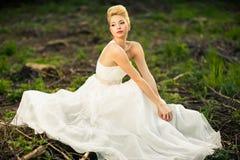 Noiva bonita em uma floresta Foto de Stock