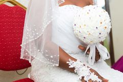 A noiva bonita está guardando um ramalhete colorido do casamento fotografia de stock royalty free