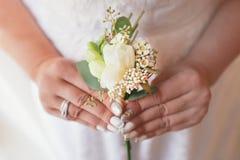 A noiva bonita está guardando um ramalhete colorido do casamento Beleza de flores coloridas fotos de stock