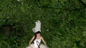 A noiva bonita está montando em um balanço Casamento na chuva video estoque
