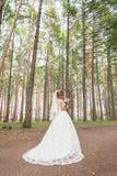 Noiva bonita fora em uma floresta Foto de Stock Royalty Free