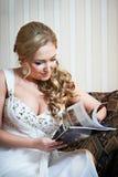 A noiva bonita lê fotografia de stock
