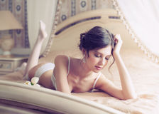 Noiva bonita na roupa interior branca Fotografia de Stock Royalty Free