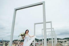 Noiva bonita no balcão em seu dia do casamento Imagem de Stock