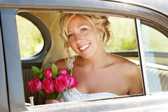 Noiva bonita no carro no dia do casamento Imagens de Stock