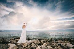Noiva bonita no por do sol no casamento da ilha Imagens de Stock Royalty Free