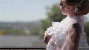 Noiva bonita no véu que levanta perto da janela Movimento lento filme