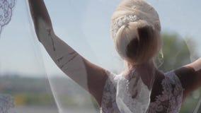 Noiva bonita no véu que levanta perto da janela Movimento lento video estoque