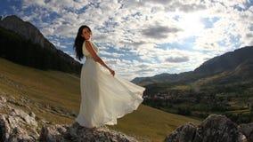 Noiva bonita no vestido branco longo na natureza Fotografia de Stock Royalty Free