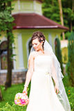 Noiva bonita no vestido branco que guarda o casamento fotografia de stock royalty free