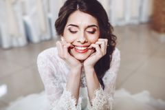 Noiva bonita no vestido de casamento à moda Foto de Stock Royalty Free