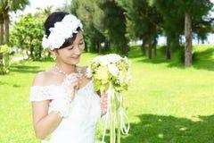 Noiva bonita no vestido de casamento fotografia de stock