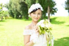 Noiva bonita no vestido de casamento fotos de stock