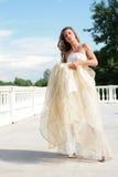 Noiva bonita no vestido dourado Foto de Stock