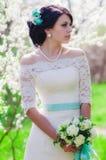 Noiva bonita nova em um jardim de florescência na mola Fotografia de Stock