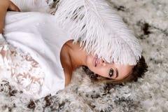 Noiva bonita nova no estilo do boho e nas penas brancas Imagem de Stock Royalty Free