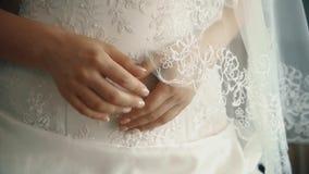Noiva bonita nova preocupada antes do casamento, mãos, close-up filme