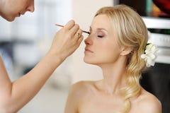 Noiva bonita nova que aplica a composição do casamento Fotos de Stock Royalty Free
