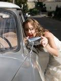 Noiva bonita perto do carro Fotografia de Stock Royalty Free