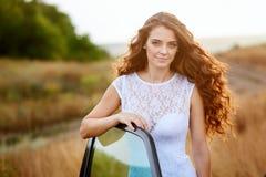 Noiva bonita perto do carro em um casamento uma caminhada no campo Fotos de Stock Royalty Free