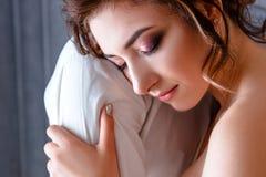 Noiva bonita que abraça o noivo forte, close up da cara imagens de stock
