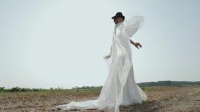 Noiva bonita que aprecia no vestido de casamento em Sunny Park filme