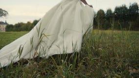Noiva bonita que corre no parque filme