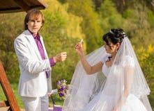 Noiva bonita que fuma um cigarro Foto de Stock