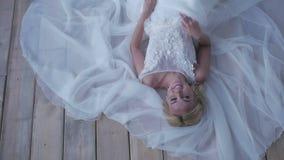 Noiva bonita que levanta em seu vestido de casamento vídeos de arquivo