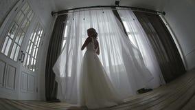 Noiva bonita que levanta em seu vestido de casamento video estoque