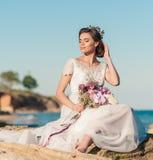Noiva bonita que levanta fora Noiva do casamento pelo mar fora fotografia de stock