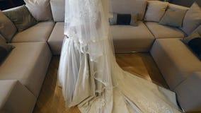 Noiva bonita que levanta no vestido de casamento em uma sala filme