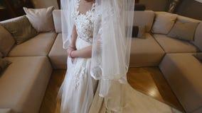 Noiva bonita que levanta no vestido de casamento em uma sala video estoque