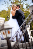 Noiva bonita que olha o noivo e que guarda as mãos em seu ombro Imagens de Stock