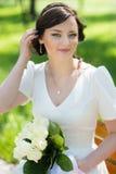 Noiva bonita que senta-se no banco Imagem de Stock
